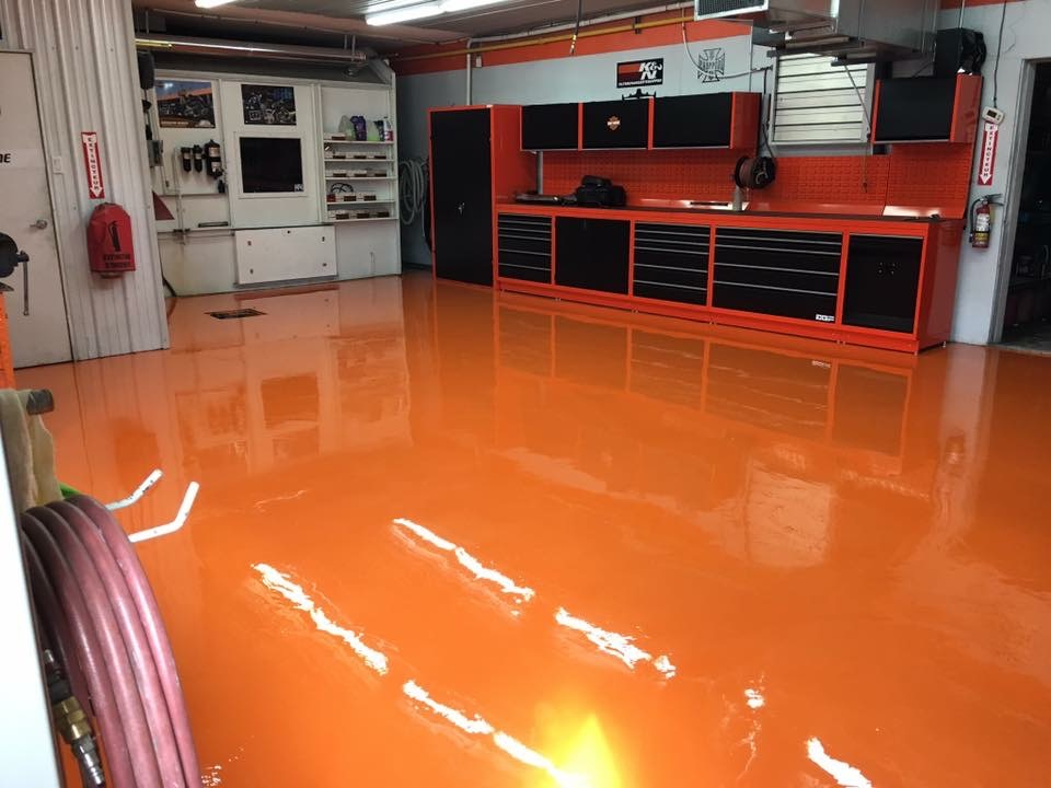 Plancher de garage en epoxy métallique orange
